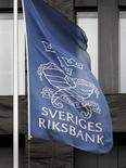Una bandera flamea en la sede del banco central de Suecia, Riksbank, en Estocolmo. Imagen de archivo, 30 septiembre, 2008. El banco central de Suecia recortó el martes de manera sorpresiva sus tasas de interés a cero a fin de neutralizar el prolongado riesgo de una deflación, y dijo que retrasaría el endurecimiento de su política monetaria hasta mediados del 2016. REUTERS/Bob Strong