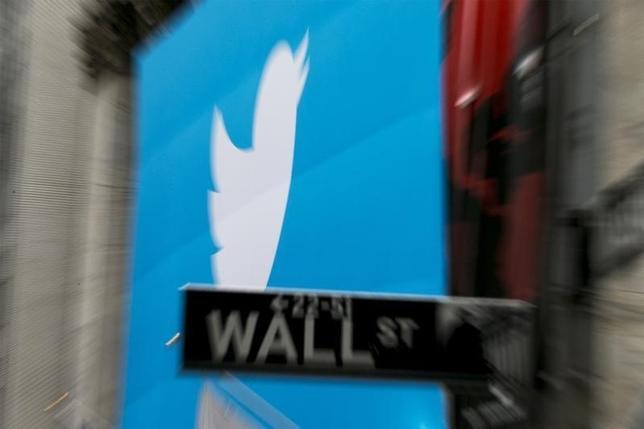 10月28日、米株式市場でツイッターの株価が下落している。写真は同社のロゴマーク。ニューヨークで2013年11月撮影(2014年 ロイター/Lucas Jackson)
