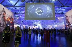 """Electronic Arts a annoncé un chiffre d'affaires et un bénéfice qui ont battu le consensus au deuxième trimestre, conséquence d'une meilleure maîtrise des coûts et de ventes numériques solides pour des franchises telles que """"FIFA"""". Sur les trois mois au 30 septembre, EA a fait état d'un C.A. non GAAP de 1,22 milliard de dollars contre un consensus le donnant à 1,16 milliard et un bénéfice net non GAAP de 232 millions de dollars, soit 73 cents par action, le consensus le donnant à 53 cents. /Photo d'archives/REUTERS/Ina Fassbender"""
