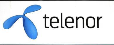 Логотип Telenor у магазина компании в Стокгольме 26 октября 2007 года. Норвежская телекоммуникационная компания Telenor по-прежнему думает о том, как распорядиться 33-процентной долей в российском Вымпелкоме, но при нынешних рыночных условиях считает продажу пакета нецелесообразной, сказал Рейтер глава компании Фредрик Баксаас. REUTERS/Bob Strong