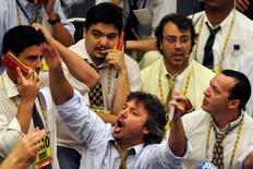 Un grupo de operadores en la bolsa de valores de Sao Paulo, dic 2 2008. El principal índice de acciones de Brasil retrocedía el miércoles, presionado por los títulos de la petrolera estatal Petrobras y del gigante minero Vale, en medio de rebajas en las recomendaciones de bancos extranjeros y de una nueva caída en los precios del mineral de hierro en China.  REUTERS/Paulo Whitaker