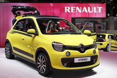 La nouvelle Twingo au Mondial de l'Automobile à Paris. Renault fait état mercredi d'une croissance de 6,7% de son chiffre d'affaires au troisième trimestre grâce au succès de ses nouveaux modèles en Europe et à la production de véhicules pour le compte de ses partenaires, alors que sur la période ses volumes mondiaux sont restés stables. /Photo prise le 3 octobre 2014/REUTERS/Benoît Tessier