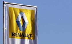 El logo de Renault en una concesionaria de la compañía en Burdeos, Francia, mar 1 2013. Los ingresos de Renault en el tercer trimestre subieron un 6,7 por ciento debido a que alzas en los precios ayudaron a superar ventas más débiles en mercados emergentes, dijo el miércoles el fabricante francés de automóviles.   REUTERS/Regis Duvignau
