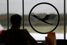 Lufthansa a révisé en baisse son objectif de bénéfice de 2015 pour la deuxième fois cette année en raison d'une conjoncture économique mondiale incertaine. /Photo prise le 20 octobre 2014/REUTERS/Wolfgang Rattay