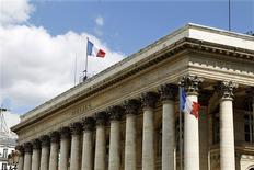 Les Bourses européennes ont ouvert en hausse jeudi, dopées par de bons résultats trimestriels, notamment de Renault, Alcatel-Lucent, Volkswagen et Bayer, et par les commentaires positifs de la Fed sur l'économie des Etats-Unis. Vers 9h20, le CAC 40  progresse de 0,8% à Paris, le Dax avance de 0,44% à Francfort et le FTSE prend 0,08% à Londres. /Photo d'archives/REUTERS/Charles Platiau