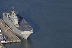 Вертолетоносец класса Mistral на верфи близ Сен-Назера 22 сентября 2014 года. Франция сообщила в четверг, что Россия пока не выполнила условия для поставки первого из двух десантных кораблей-вертолетоносцев типа Mistral, что противоречит заявлениям о том, что Москва получила извещение о доставке первого судна 14 ноября. REUTERS/Stephane Mahe