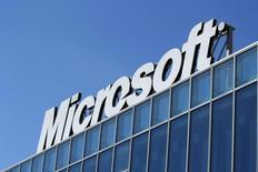 """El logo de Microsoft visto en sus oficinas en Bucharest. Imagen de archivo, 20 marzo, 2013.  Microsoft Corp lanzó un dispositivo llamado """"Microsoft Band"""" que permitirá a los usuarios vigilar su estado físico y su régimen de ejercicios, marcando el debut de la mayor compañía mundial de software en el mercado de las prendas tecnológicas. REUTERS/Bogdan Cristel"""