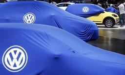 Volkswagen a annoncé jeudi des résultats trimestriels en nette hausse, soutenus par l'amélioration de la marge d'exploitation de sa principale marque pour la première fois en près de deux ans tandis que qu'Audi et Porsche inscrivaient des records de ventes. Cette embellie permet à Volkswagen d'afficher un bénéfice d'exploitation en hausse de 16% au troisième trimestre à 3,23 milliards d'euros, dépassant la plus optimiste des estimations d'analystes du consensus Reuters, qui le donnait à 3,09 milliards.  /Photo prise le 28 octobre 2014/REUTERS/Paulo Whitaker