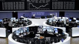 Un grupo de operadores en la bolsa alemana en Fráncfort, oct 30 2014. Las bolsas europeas cerraron el jueves con leves alzas, en medio de un respiro tras un fuerte repunte de las últimas semanas, después que la Reserva Federal de Estados Unidos tuviera un tono más restrictivo al finalizar su programa de compras de bonos que se prolongó por seis años.     REUTERS/Remote/Stringer