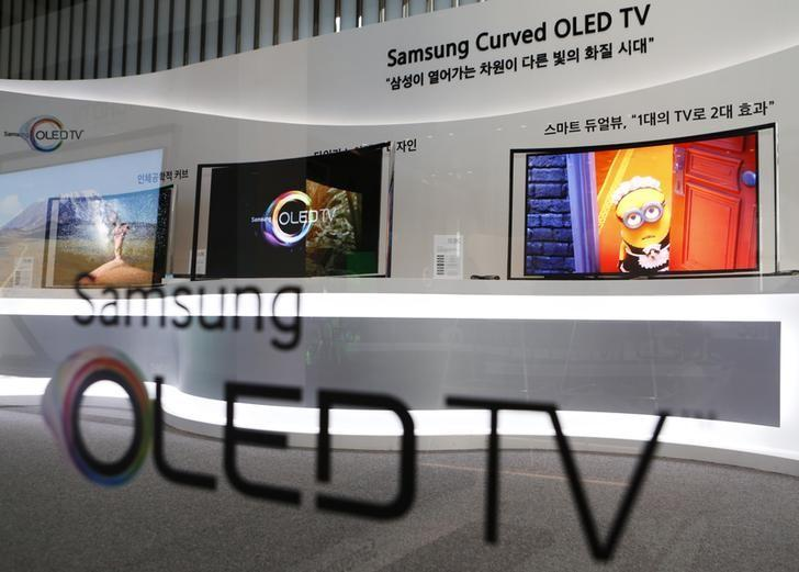 Samsung Electronics' first curved, super-thin OLED television sets are displayed at the main office of the company in Seoul June 27, 2013. REUTERS/Lee Jae-Won