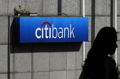 Citigroup a révisé jeudi ses résultats du troisième trimestre publiés le 14 octobre pour tenir compte d'une nouvelle provision pour frais juridiques de 600 millions de dollars (476 millions d'euros). /Photo prise le 28 juillet 2014/REUTERS/Bobby Yip