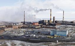 Вид на завод Норильского никеля в Норильске 16 апреля 2010 года. Деловая активность в обрабатывающей промышленности РФ продолжила рост в октябре 2014 года, хоть и более скромными темпами, на фоне торможения прироста новых заказов и сокращений персонала,  свидетельствуют результаты исследования, проведенного компанией Markit по заказу HSBC. REUTERS/Ilya Naymushin