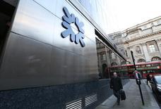 Royal Bank of Scotland (RBS) a inscrit dans ses comptes une nouvelle provision de 400 millions de livres (509 millions d'euros) pour couvrir les amendes qui pourraient lui être infligées au terme d'une enquête sur une manipulation présumée du marché des changes. /Photo prise le 28 janvier 2014/REUTERS/Paul Hackett