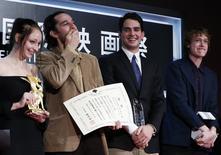 Diretor Josh Safdie (D) recebe prêmio do Festival de Tóquio junto ao seu irmão Benny Safdie nesta sexta-feira. Na foto também estão os atores Arielle Holmes (E) e Caleb Landry Jones . REUTERS/Yuya Shino