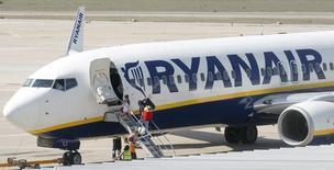 Ryanair révise en hausse de 18% ses prévisions de bénéfice sur l'année en raison de réservations meilleures que prévu pour cet hiver. /Photo d'archives/REUTERS/Albert Gea