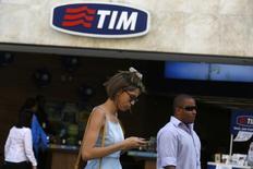Personas pasan frente a una oficina de TIM en el centro de Rio de Janeiro. Imagen de archivo, 20 agosto, 2014. Las acciones de TIM Participações subían un 7 por ciento el lunes tras la apertura de los negocios, después de que el grupo Altice anunció una oferta por los activos de Portugal Telecom en poder de la brasileña Oi. REUTERS/Pilar Olivares