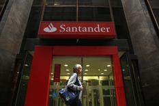 Banco Santander, première banque de la zone euro, publie un bénéfice supérieur aux attentes et en hausse de 32% sur les neuf premiers mois de l'année par rapport à la période correspondante de 2013, grâce à une réduction de ses provisions pour créances douteuses. /Photo d'archives/REUTERS/Pilar Olivares