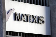 Natixis a confirmé son objectif de distribution de dividende après avoir publié des résultats en hausse au titre du troisième trimestre. Le produit net bancaire de Natixis a progressé de 3% à 1,87 milliard d'euros et le résultat net affiche une hausse de 27% à 281 millions. /Photo d'archives/REUTERS/Charles Platiau