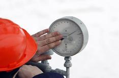 Техник Газпрома проверяет датчик давления на станции в Судже 14 января 2009 года. Госкомпания Нафтогаз Украины перечислила $1,45 миллиарда в погашение части долга российскому экспортеру Газпрому, сделав шаг к возобновлению прерванных в июне поставок российского газа. REUTERS/Denis Sinyakov
