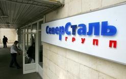 Люди входят в офис Северстали в Москве 26 мая 2006 года. Один из крупнейших металлургических холдингов РФ Северсталь сократила чистый убыток в третьем квартале в 16 раз по сравнению с предыдущим периодом до $45 миллионов из-за отсутствия крупных списаний стоимости активов, сообщила компания в среду. REUTERS/Shamil Zhumatov -