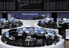 Les Bourses européennes affichaient une nette hausse mercredi vers la mi-journée, se reprenant quelque peu après deux séances consécutives de baisse à la faveur de nombre de résultats d'entreprise bien accueillis par les investisseurs et de la perspective de voir Wall Street ouvrir sur une note positive après la victoire des républicains aux élections de mi-mandat aux Etats-Unis. Le CAC 40 gagnait 1,24% vers 11h30 GMT, le Dax (photo) prenait 0,18% et le FTSE 0,87%. /Photo prise le 5 novembre 2014/REUTERS