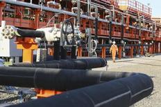Рабочий на острове Д месторождения Кашаган в Каспийском море 21 августа 2013 года. Замена неисправных труб, вызвавших остановку добычи на крупнейшем нефтяном месторождении Казахстана, каспийском Кашагане, может оказаться дороже ожиданий и превысить $3 миллиарда, сообщил высокопоставленный чиновник. REUTERS/Stringer