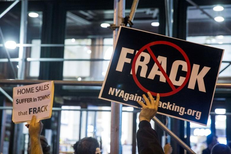 Protesters demonstrate against fracking, as New York State Governor Andrew Cuomo takes part in a book signing promoting his new book, ''All Things Possible'', in New York October 15, 2014. REUTERS/Lucas Jackson
