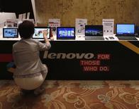 Lenovo fait état d'un résultat net en hausse de 19% pour son deuxième trimestre fiscal mais le chiffre d'affaires est ressorti en dessous des attentes, ce qui a fait chuter le titre en Bourse. /Photo d'archives/REUTERS/Bobby Yip