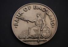 Логотип Банка Англии в Лондоне 16 января 2014 года. Банк Англии в четверг оставил ключевую ставку на уровне 0,5 процента годовых перед публикацией на следующей неделе новых прогнозов, которые позволят предположить, когда Центробанк наконец-то начнет повышать стоимость заемных средств. REUTERS/Luke MacGregor