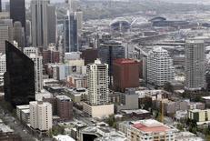 Parte del centro de Seattle es visto desde lo alto del edificio Space Needle. Imagen de archivo, 17 abril, 2012. La productividad de las empresas no agrícolas de Estados Unidos creció más de lo previsto en el tercer trimestre, limitando la inflación salarial. REUTERS/Anthony Bolante