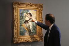"""Adrien Meyer, director internacional de Christie's, muestra """"Le Printemps"""", obra de arte de Manet, en una presentación en Christie's, Paris. Imagen de archivo, 22 octubre, 2014. Un famoso retrato del impresionista francés Edouard Manet de 1881 batió el récord del artista el miércoles al venderse por 65,1 millones de dólares en Christie's, disparando la venta total de la casa de subastas a 165,6 millones de dólares.  REUTERS/Charles Platiau"""