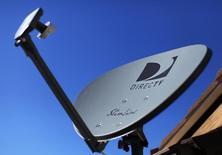 Una antena satelital de DirecTV en el techo de un hogar en Encinitas, EEUU, nov 5 2014. DirecTV, el principal proveedor de televisión satelital de  Estados Unidos, informó un beneficio trimestral superior a lo  esperado por analistas, con una ganancia mayor por cada  suscriptor en ese país.     REUTERS/Mike Blake