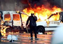 Environ 100.000 manifestants ont défilé jeudi dans le centre de Bruxelles pour dénoncer les projets de réformes et les mesures de rigueur du nouveau gouvernement de centre droit, entré en fonction il y a un mois. A l'issue de la manifestation, de violents incidents ont opposé forces de l'ordre et manifestants, dont de nombreux dockers. Plusieurs voitures ont été renversées ou incendiées. /Photo prise le 6 novembre 2014/REUTERS/François Lenoir