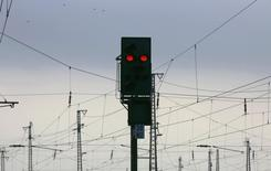 Светофор на вокзале в Ганау 6 ноября 2014 года. Госоператор немецких железных дорог Deutsche Bahn обратился в суд, чтобы остановить начавшуюся в четверг четырехдневную забастовку машинистов поездов, которая парализовала движение пассажирского и грузового транспорта по всей стране. REUTERS/Kai Pfaffenbach