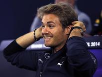 Piloto Nico Rosberg, da Mercedes, ajeita fone de ouvido durante entrevista coletiva em São Paulo. 06/11/2014  REUTERS/Paulo Whitaker