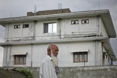 Morador caminha em frente à casa onde as forças especiais da Marinha dos EUA mataram o líder da Al Qaeda Osama bin Laden, no Paquistão. 5/08/2011. REUTERS/Akhtar Soomro