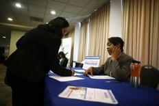 Una persona en busca de trabajo habla con una recluta de empleo en una feria laboral en Los Angeles, California. Imagen de archivo, 18 noviembre, 2013. El crecimiento del empleo en Estados Unidos se mantuvo a un ritmo fuerte en octubre mientras que la tasa de desocupación bajó a un nuevo mínimo en seis años de 5,8 por ciento, subrayando la resistencia de la economía de cara a la desaceleración de la demanda global.  REUTERS/Lucy Nicholson