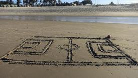 Нарисованное на песке футбольное поле на пляже в Форталезе 3 июля 2014 года. REUTERS/Stefano Rellandini