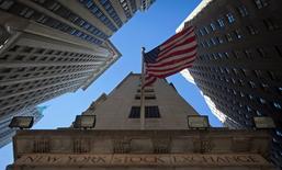 La Bourse de New York a ouvert en légère baisse vendredi malgré les statistiques de l'emploi indiquant que le taux de chômage avait atteint en octobre son plus bas niveau en six ans aux Etats-Unis. Quelques minutes après l'ouverture, le Dow Jones perd 0,19%, le S&P-500 recule de 0,11% et le Nasdaq cède 0,02%. /Photo d'archives/REUTERS/Carlo Allegri