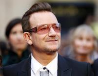 El cantante Bono, de la banda U2, llega a la los Premios de la Academia en Hollywood. Imagen de archivo, 02 marzo, 2014.  El rockero irlandés Bono defendió a Spotify de las críticas sobre la baja paga a los músicos, diciendo que los servicios digitales de streaming están abriendo nuevas formas para que los creadores lleguen a su público.   REUTERS/Mike Blake