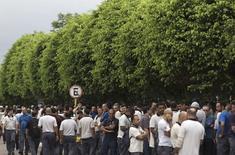 """A l'entrée de la principale usine d'Embraer, à São José dos Campos, à l'est de São Paulo, mercredi. L'avionneur brésilien est confronté depuis cette date à une grève illimitée qui bloque selon lui ses livraisons d'appareils et d'autres """"opérations critiques."""" /Photo prise le 5 novembre 2014/REUTERS/Roosevelt Cassio"""
