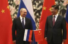 Президент РФ Владимир Путин и председатель КНР Си Цзиньпин на церемонии подписания документов в Пекине 9 ноября 2014 года. Россия и Китай подписали рамочное соглашение о поставках Пекину 30 миллиардов кубометров газа в год в течение 30 лет. REUTERS/How Hwee Yong/Pool
