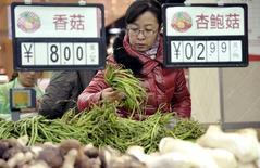 Sur un marché de Handan, dans la province de Hebei. La hausse des prix à la consommation en Chine est restée en octobre proche de son point bas de cinq ans, à 1,6%, nouvelle preuve du ralentissement de la deuxième économie mondiale. /Photo prise le 10 novembre 2014/REUTERS/China Daily
