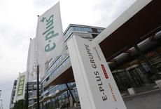 Telefonica Deutschland a fait état d'un bénéfice en baisse de 15% au troisième trimestre en raison d'une forte augmentation de ses dépenses de publicité. L'opérateur contrôlé par l'espagnol Telefonica a racheté E-Plus, filiale allemande du néerlandais KPN, pour 8,6 milliards d'euros, créant ainsi le premier opérateur télécoms allemand en nombre d'abonnés. /Photo d'archives/REUTERS/Wolfgang Rattay