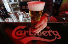 Le brasseur danois Carlsberg a fait état lundi d'un résultat d'exploitation hors exceptionnels stable au troisième trimestre, la progression des ventes en Asie compensant les difficultés sur son principal marché, la Russie. /Photo prise le 17 juin 2014/REUTERS/Alexander Demianchuk
