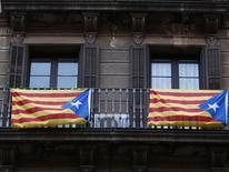 Флаги Каталонии на балконе дома в центре Барселоны 9 ноября 2014 года. Миллионы каталонцев проголосовали в воскресенье на символическом референдуме о независимости от Испании, который, как надеются сторонники отделения, продвинет этот вопрос дальше, несмотря на сопротивление Мадрида. REUTERS/Paul Hanna