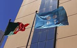 Uma bandeira da Portugal Telecom ao lado da bandeira de Portugal, em Lisboa. 13/07/2014 REUTERS/Hugo Correia