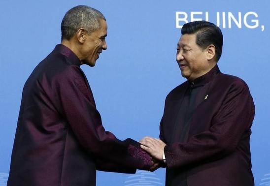 U.S. President Barack Obama (L) shakes hands with China's President Xi Jinping during the APEC Welcome Banquet at Beijing National Aquatics Center, or the Water Cube, in Beijing, November 10, 2014. REUTERS/Kim Kyung-Hoon