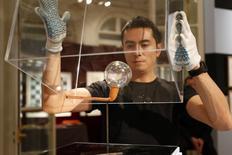 """Una pipa de arcilla con una burbuja de vidrio llamada """"Ce que manque a nous tous"""" (Lo que a todos nos falta) de Man Ray exhibido en Sotheby's en Paris, 10 noviembre, 2014. Un total de 400 obras de Man Ray, entre ellas fotografías, grabaciones, esculturas e incluso tableros de ajedrez, serán subastados en París en noviembre, la última oportunidad para que los coleccionistas puedan comprar objetos directamente del patrimonio del artista surrealista.  REUTERS/Charles Platiau"""
