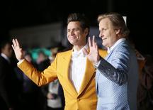 """Os atores Jim Carrey (esquerda) e Jeff Daniels posam durante pré-estreia mundial do filme """"Debi & Lóide 2"""", em Los Angeles, nos Estados Unidos, na semana passada. 03/11/2014 REUTERS/Danny Moloshok"""